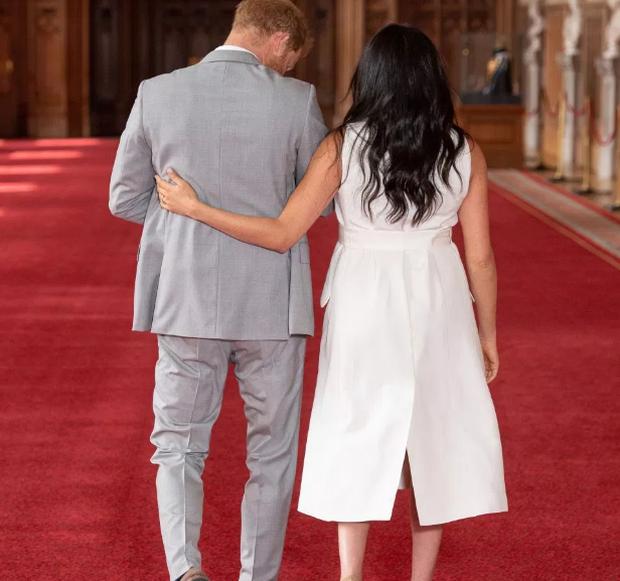 Hóa ra đằng sau hành động bế con của Hoàng tử Harry thay cho vợ và Meghan đặt tay sau lưng chồng lại mang nhiều ý nghĩa đến vậy - Ảnh 2.