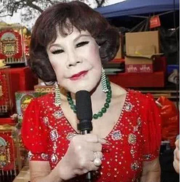 Thảm hoạ thẩm mỹ Hong Kong: Ban ngày đeo mặt nạ hát múa mãi nghệ kiếm tiền, ban đêm cô quạnh lẻ bóng tuổi 86 - Ảnh 2.