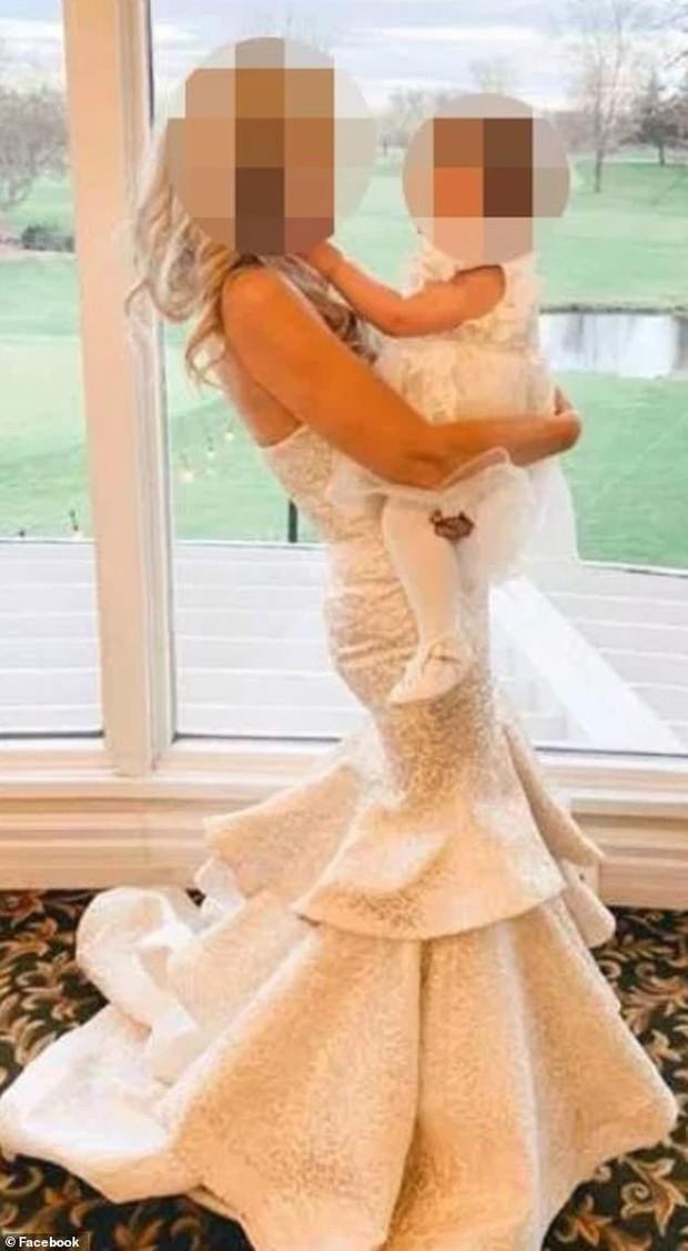 Dự tiệc cưới của con trai, mẹ chú rể không chỉ khiến quan khách khó xử mà còn khiến nhiều người phẫn nộ vì trang phục của mình - Ảnh 1.