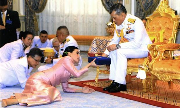 Kênh truyền hình Đức xin lỗi vì bắt chước nghi lễ Hoàng gia Thái Lan - Ảnh 1.