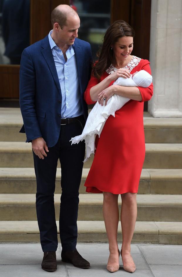Style lộ diện sau sinh của 2 nàng dâu Hoàng gia: Chị chọn váy suông giấu dáng, em chẳng ngại mặc váy thắt eo nhưng lạ ở chỗ là cùng đi 1 kiểu giày - Ảnh 4.