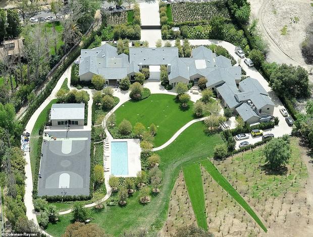 Biết nhà Kardashian giàu nhưng ai ngờ giàu đến độ này: Thầu hẳn khu đất khổng lồ xây 6 biệt thự trăm tỉ chỉ vì 1 lý do đơn giản - Ảnh 4.