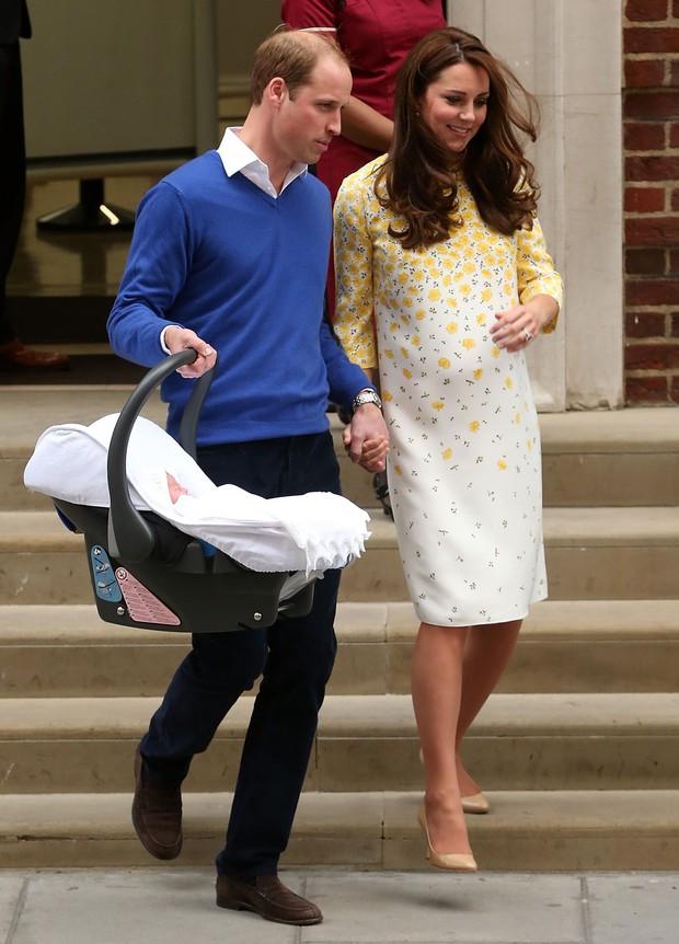 Style lộ diện sau sinh của 2 nàng dâu Hoàng gia: Chị chọn váy suông giấu dáng, em chẳng ngại mặc váy thắt eo nhưng lạ ở chỗ là cùng đi 1 kiểu giày - Ảnh 6.