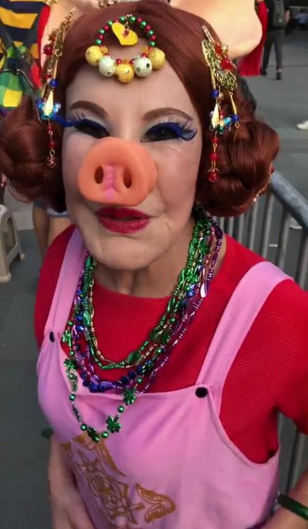 Thảm hoạ thẩm mỹ Hong Kong: Ban ngày đeo mặt nạ hát múa mãi nghệ kiếm tiền, ban đêm cô quạnh lẻ bóng tuổi 86 - Ảnh 6.