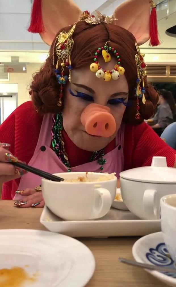 Thảm hoạ thẩm mỹ Hong Kong: Ban ngày đeo mặt nạ hát múa mãi nghệ kiếm tiền, ban đêm cô quạnh lẻ bóng tuổi 86 - Ảnh 10.