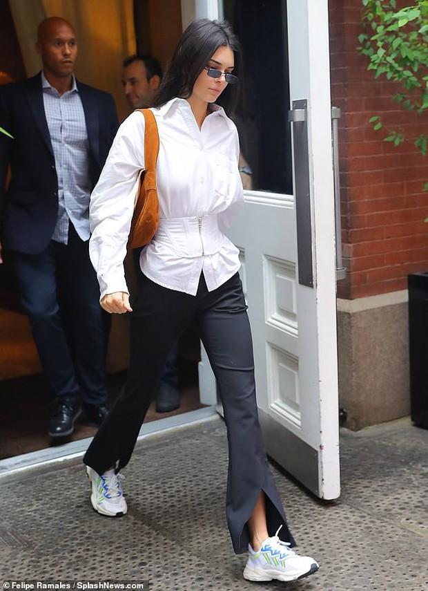 Đẳng cấp siêu mẫu Kendall Jenner: Mặc kín từ cổ đến chân mà vẫn khoe được vòng eo và đôi chân dài cực phẩm - Ảnh 5.