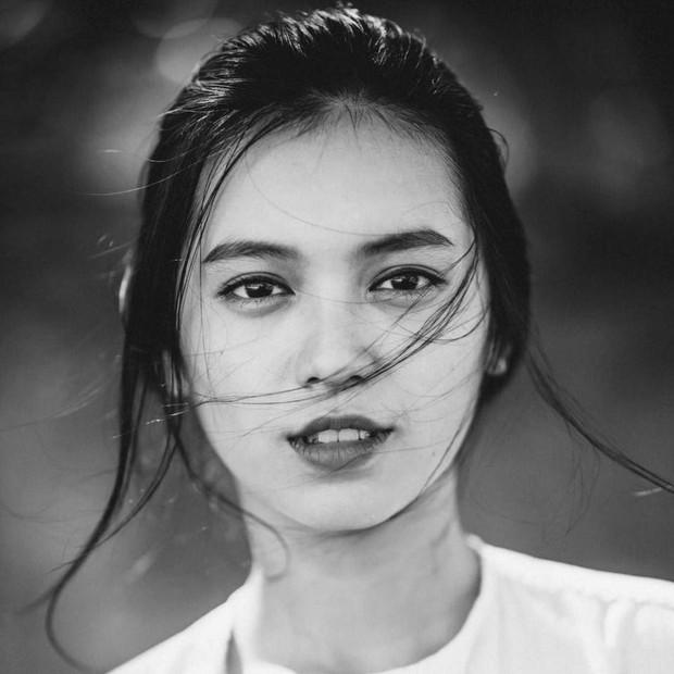 Danh tính gái xinh trong bức ảnh chụp vội được các fanpage đăng đi đăng lại suốt 3 năm và còn trở thành hình nền điện thoại của người lạ - Ảnh 1.
