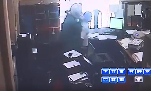 Clip: Quá trình gây án của đối tượng mặc áo mưa, xông vào ngân hàng Agribank cướp hơn 500 triệu đồng ở Phú Thọ - Ảnh 2.