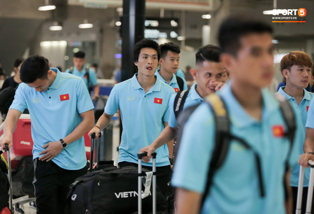 Tuyển Việt Nam đã tới Thái Lan: Mọt sách Tuấn Anh giữa rừng smartphone - Ảnh 1.