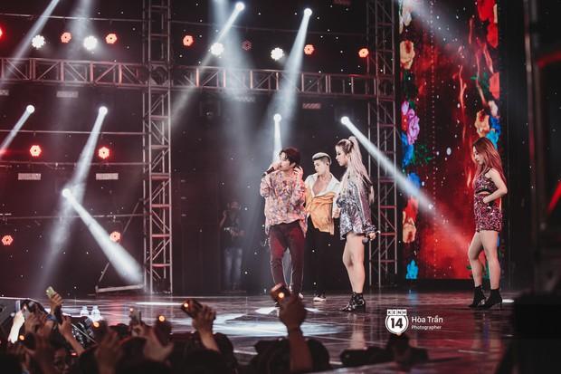 KARD và Ha Sung Woon khiến fan bấn loạn, Chi Pu và Hương Giang đẹp phát hờn bên dàn nghệ sĩ tại show Hàn-Việt - Ảnh 1.