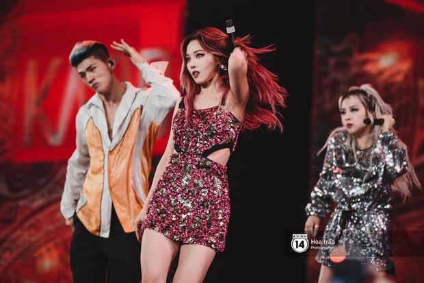 KARD và Ha Sung Woon khiến fan bấn loạn, Chi Pu và Hương Giang đẹp phát hờn bên dàn nghệ sĩ tại show Hàn-Việt - Ảnh 3.
