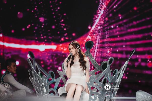 KARD và Ha Sung Woon khiến fan bấn loạn, Chi Pu và Hương Giang đẹp phát hờn bên dàn nghệ sĩ tại show Hàn-Việt - Ảnh 13.