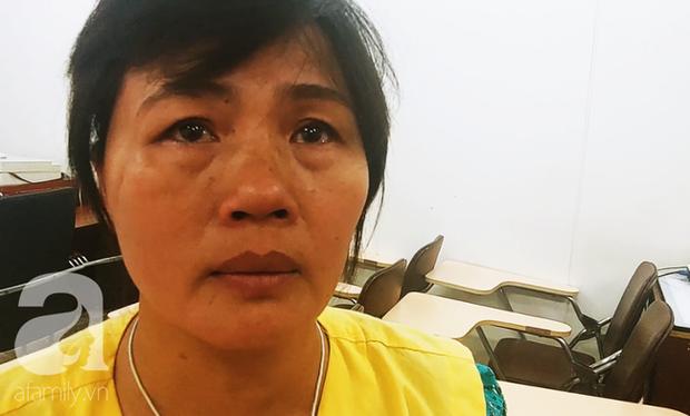 Người mẹ bật khóc nhìn con gái bị cắt chân, nằm liệt giường sau khi mổ não - Ảnh 1.