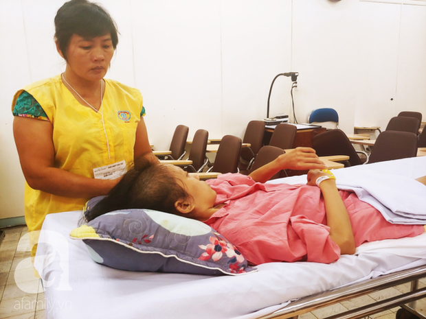 Người mẹ bật khóc nhìn con gái bị cắt chân, nằm liệt giường sau khi mổ não - Ảnh 2.