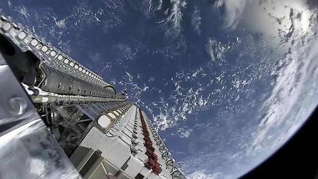 Giới thiên văn học lo lắng: dàn vệ tinh của SpaceX có thể làm hỏng cả bầu trời đêm - Ảnh 3.