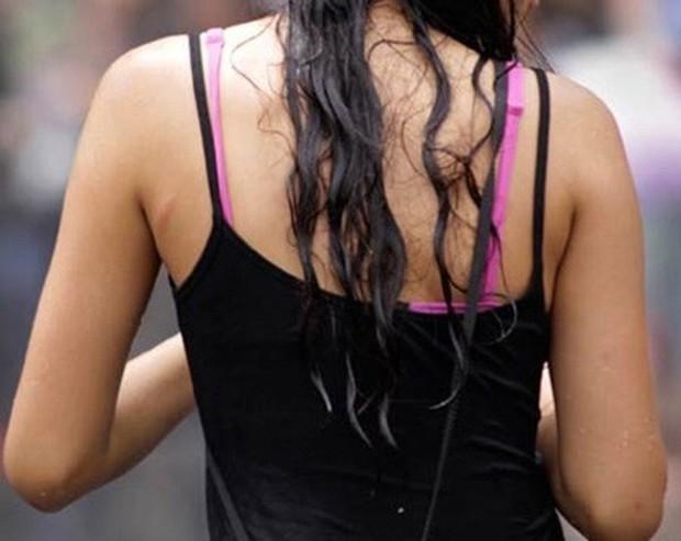 Lưu ý giúp các cô nàng mặc áo 2 dây đẹp xinh mà trông không bị giống áo ngủ khi ra đường - Ảnh 1.