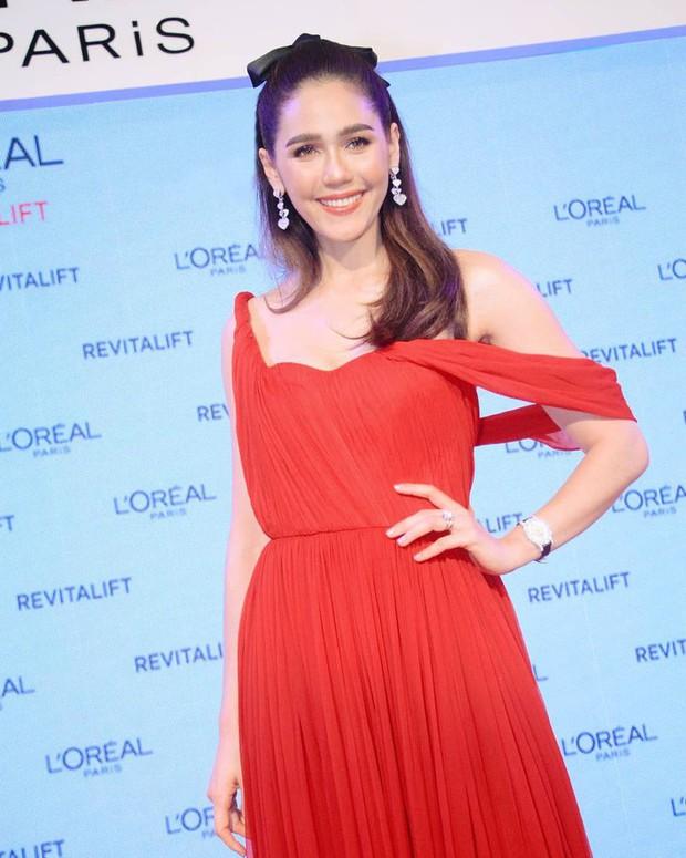 """""""Mỹ nhân đẹp nhất Thái Lan"""" Chompoo Araya ngọt ngào như công chúa, đối lập Thái Y Lâm sexy hết nấc khi diện chung váy - Ảnh 1."""