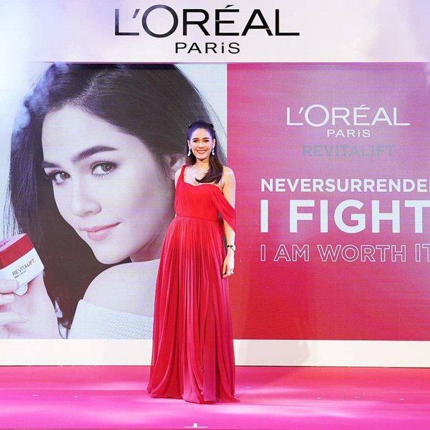 """""""Mỹ nhân đẹp nhất Thái Lan"""" Chompoo Araya ngọt ngào như công chúa, đối lập Thái Y Lâm sexy hết nấc khi diện chung váy - Ảnh 2."""