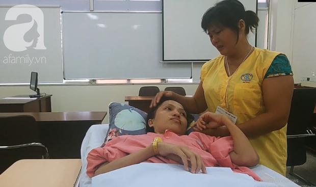 Người mẹ bật khóc nhìn con gái bị cắt chân, nằm liệt giường sau khi mổ não - Ảnh 12.