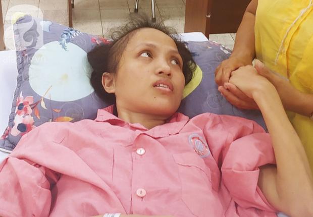 Người mẹ bật khóc nhìn con gái bị cắt chân, nằm liệt giường sau khi mổ não - Ảnh 3.