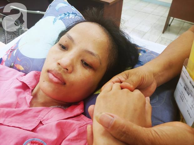 Người mẹ bật khóc nhìn con gái bị cắt chân, nằm liệt giường sau khi mổ não - Ảnh 5.