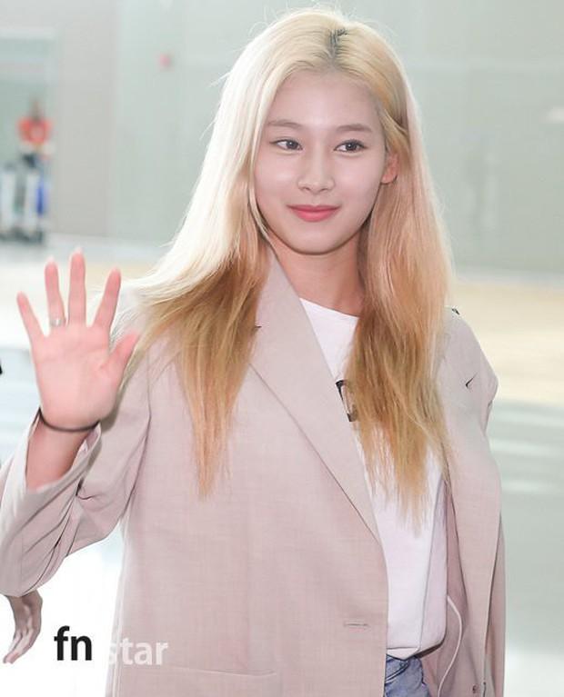 Cùng trang điểm sương sương ra sân bay, Hyomin (T-ara) xuất thần đến mức đánh bật cả nữ thần TWICE - Ảnh 4.