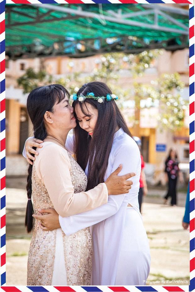 Hôn bố mẹ trong lễ tri ân, bộ ảnh đơn giản mà ý nghĩa của học sinh lớp 12 khiến nhiều người nghẹn ngào - Ảnh 5.