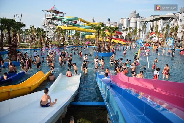 Lượng khách đổ về công viên nước hiện đại nhất Thủ đô tăng đột biến vào buổi chiều ngày khai trương - Ảnh 15.