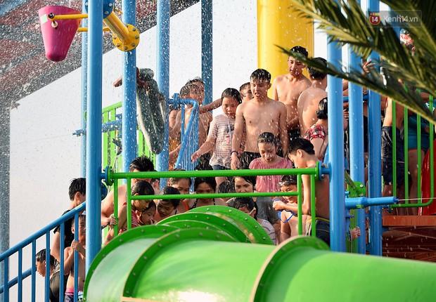 Lượng khách đổ về công viên nước hiện đại nhất Thủ đô tăng đột biến vào buổi chiều ngày khai trương - Ảnh 10.
