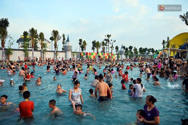 Lượng khách đổ về công viên nước hiện đại nhất Thủ đô tăng đột biến vào buổi chiều ngày khai trương - Ảnh 5.