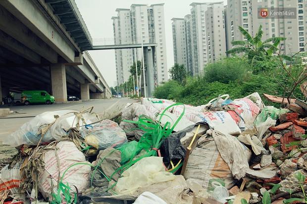 Chùm ảnh: Vừa hoạt động 3 tháng, con đường mang tên nhà tư sản Trịnh Văn Bô đã ngập ngụa rác thải - Ảnh 5.