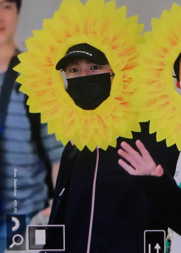 Hôm nay ra sân bay mặc gì thế BTS? - Một bó hoa hướng dương vàng tươi biết hát! - Ảnh 2.