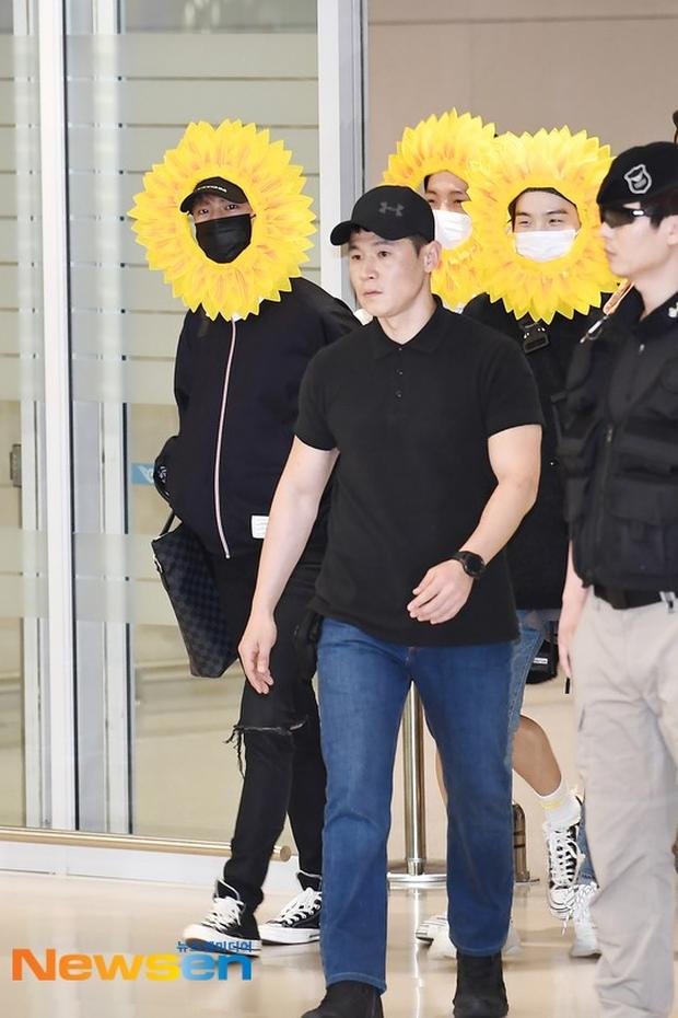 Hôm nay ra sân bay mặc gì thế BTS? - Một bó hoa hướng dương vàng tươi biết hát! - Ảnh 4.