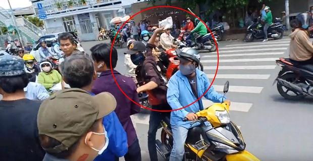 Lê Dương Bảo Lâm bị hành hung khi đang phát cơm từ thiện, đại diện nam diễn viên khẳng định không phải dàn dựng - Ảnh 3.