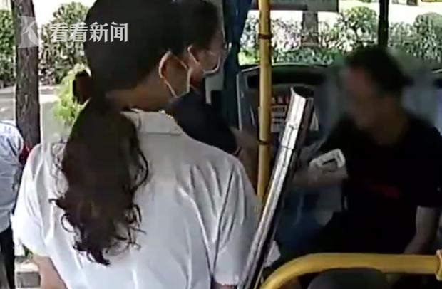 Người đàn ông ngất xỉu trên xe buýt, lúc tỉnh dậy bỗng nhiên cướp vô lăng tài xế rồi nói rằng đây là xe mình - Ảnh 4.