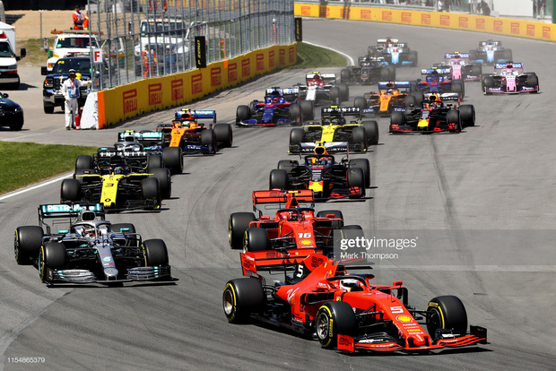 Drama cực mạnh trên đường đua F1: Cựu vô địch thế giới tự ý thay đổi vị trí xe về đích, đứng luôn lên bục podium cùng tay đua thắng cuộc - Ảnh 2.
