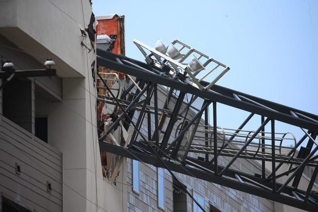 Cần cẩu đổ sập xuống chung cư, ít nhất 7 người thương vong - Ảnh 1.