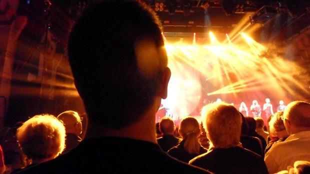 Cặp kính độc đáo giúp fan Kpop chẳng còn phải chen lấn giữa đám đông để ngắm idol khi xem concert - Ảnh 1.