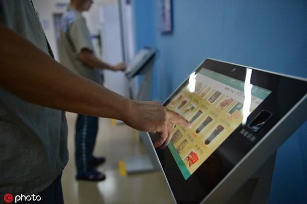 Tù nhân Trung Quốc được dùng cả máy mua sắm online, order liền tay 100.000 đồ/tháng - Ảnh 2.