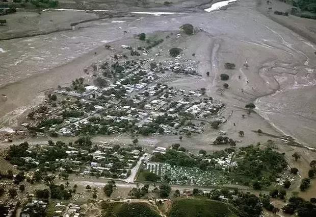 Omayra Sanchez và đôi mắt đen vô vọng - Biểu tượng của thảm hoạ tự nhiên khủng khiếp nhất lịch sử loài người - Ảnh 2.