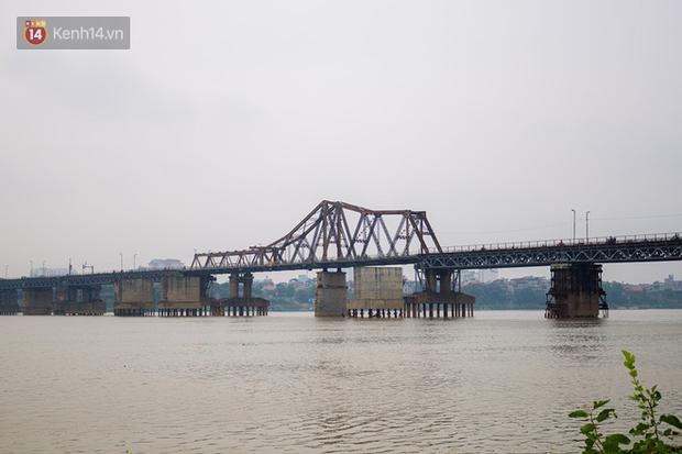 Bất chấp kim tiêm và nguy hiểm, giới trẻ trèo vào đường ray tàu hỏa trên cầu Long Biên để chụp ảnh - Ảnh 2.