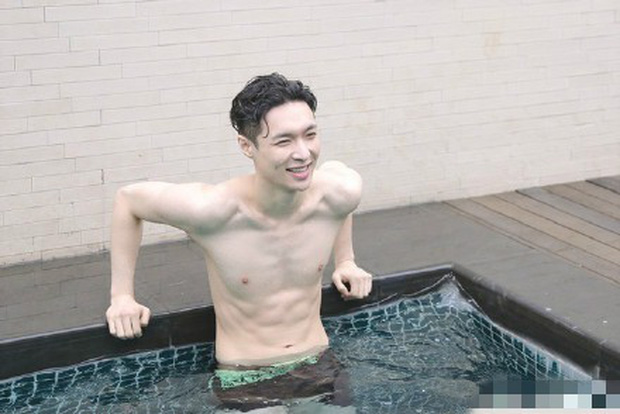 Ai mà ngờ thành viên EXO mặt học sinh này lại sở hữu body phụ huynh xịt máu mũi nhường này - Ảnh 4.