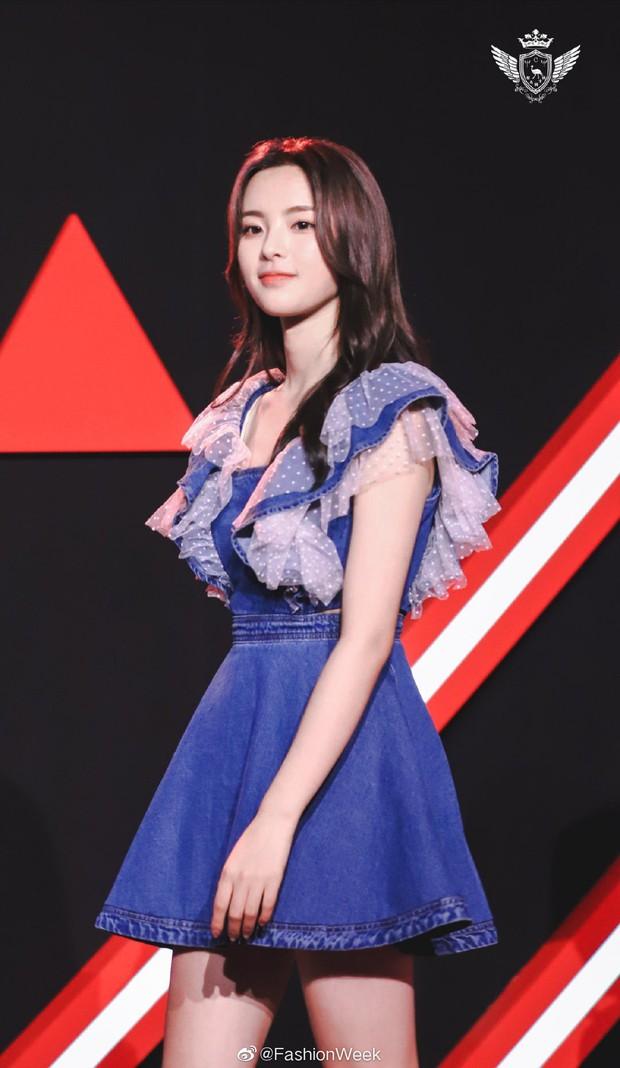 Mặc đồ Taobao rẻ tiền đi thảm đỏ sự kiện, mỹ nhân bất tài Dương Siêu Việt vẫn gây sốt toàn Weibo bởi sắc vóc hoàn mỹ - Ảnh 8.