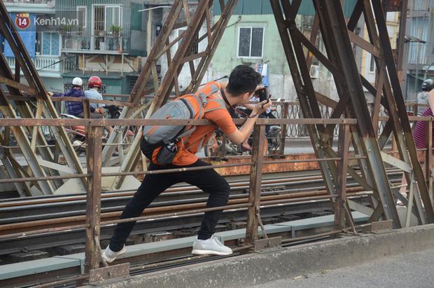 Bất chấp kim tiêm và nguy hiểm, giới trẻ trèo vào đường ray tàu hỏa trên cầu Long Biên để chụp ảnh - Ảnh 7.