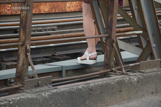 Bất chấp kim tiêm và nguy hiểm, giới trẻ trèo vào đường ray tàu hỏa trên cầu Long Biên để chụp ảnh - Ảnh 8.