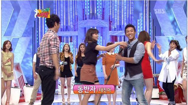 Loạt idol vướng nghi vấn lồi lõm với đồng nghiệp: Từ lườm nguýt, cười khẩy đàn em cho đến giật cả micro của người khác - Ảnh 5.