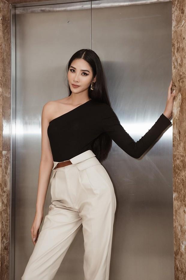 Cùng chung 1 bộ cánh: Hoàng Thùy sở hữu thần thái chuẩn Miss Universe, Tóc Tiên lại khoe được túi nửa tỷ - Ảnh 1.