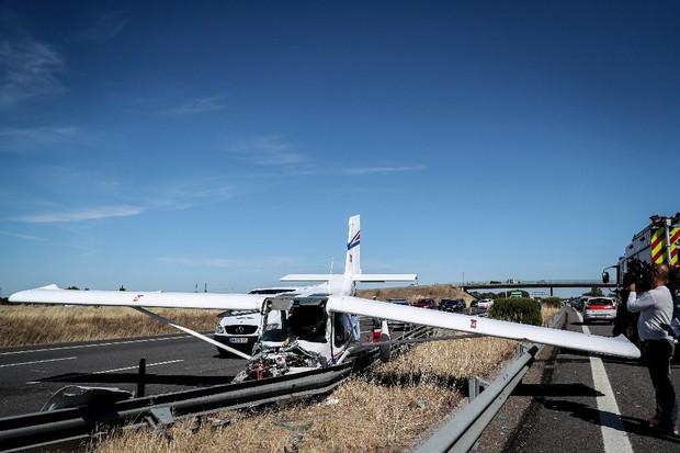 Hạ cánh khẩn cấp trên đường cao tốc, máy bay đâm liên tiếp phương tiện giao thông - Ảnh 1.