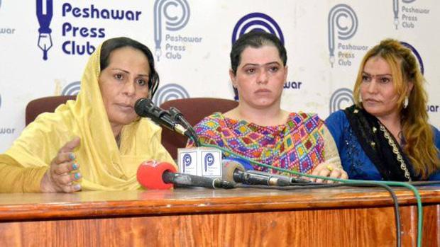 Cô gái chuyển giới bị côn đồ hành hung, cạo đầu để đòi tiền bảo vệ gây phẫn nộ tại Pakistan - Ảnh 1.