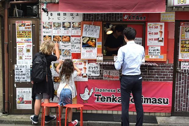 Nghe hơi dị nhưng Nhật Bản có cả món gà rán hương vị... thiếu nữ cho các thanh niên FA thèm hơi bạn gái - Ảnh 1.